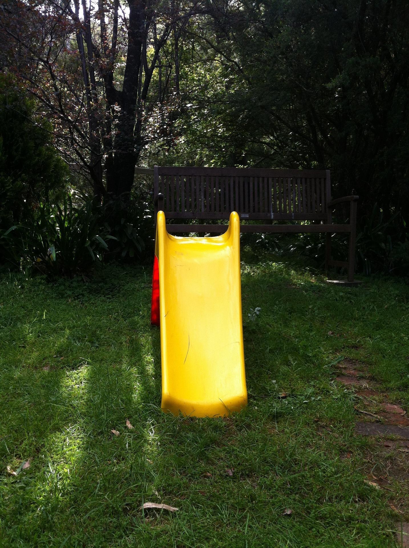 Imagen de un patio de comunidad de vecinos con un tobogán