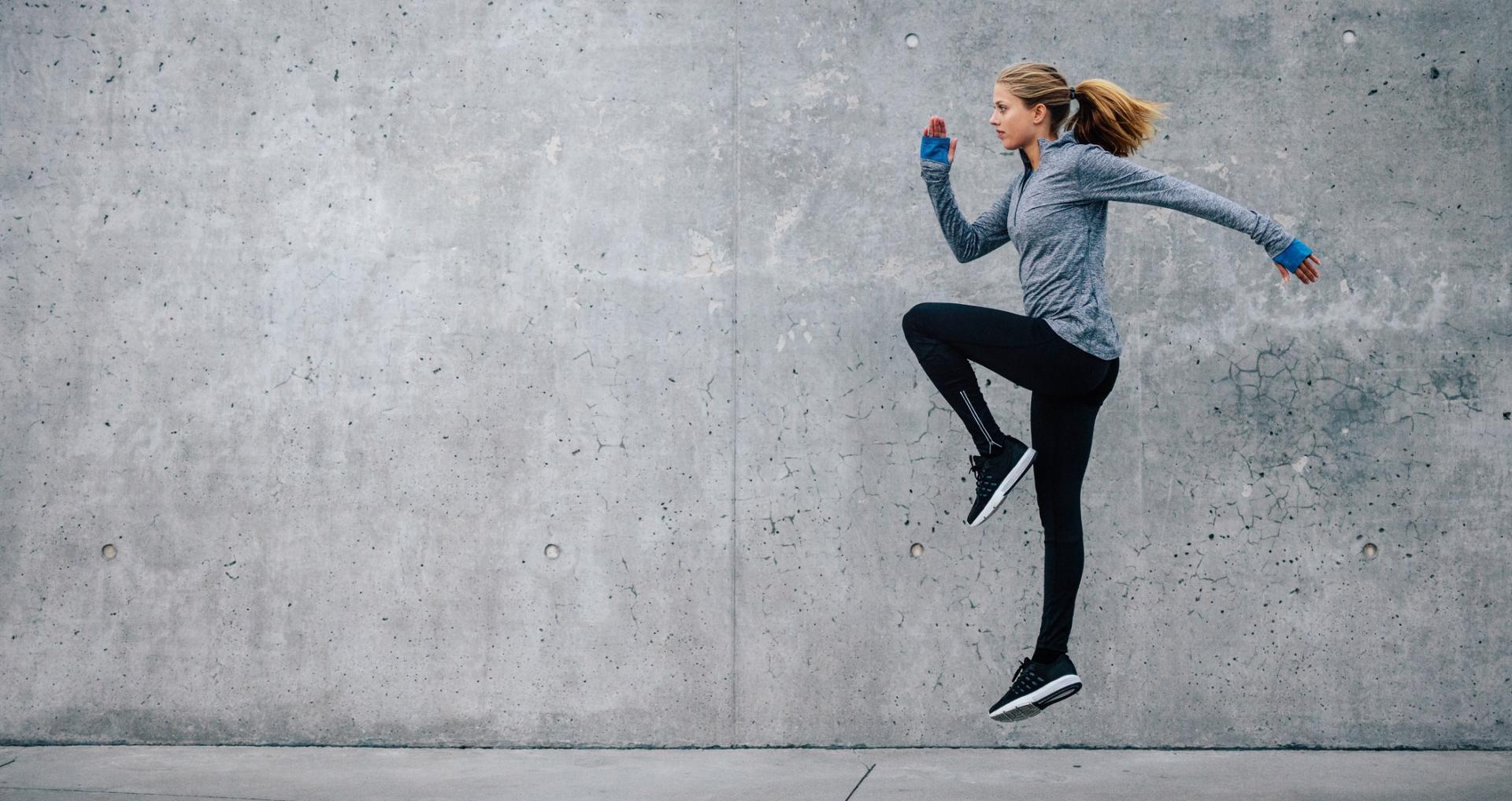 Chica saltando con ropa deportiva