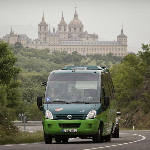 Autobús interurbano con El Escorial al fondo