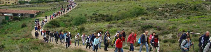 Imagen de grupos de gente por una vía pecuaria