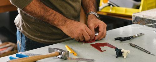 Recurso de persona trabajando en un taller pre-laboral