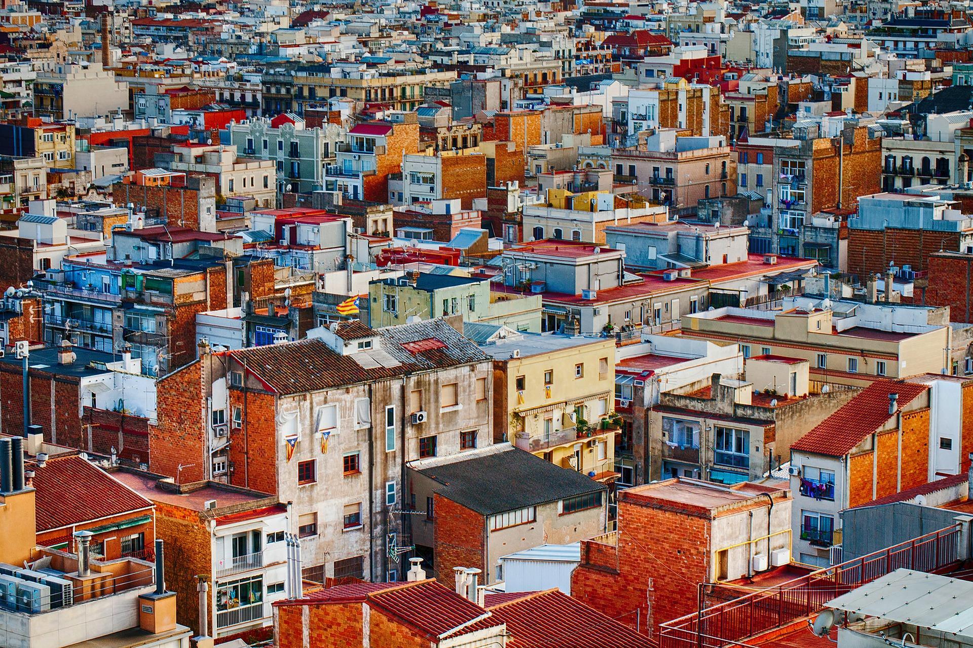 Vista de edificios de colores de una ciudad