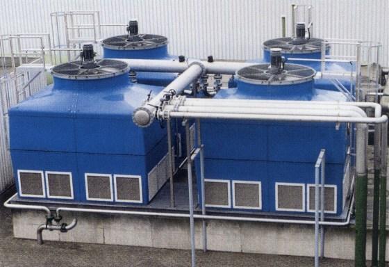 Imagen aérea de cuatro torres de refrigeración en un tejado