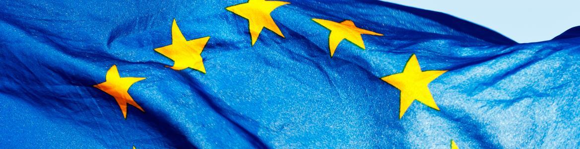 Bandera de la Unión Europea ondeando al viento