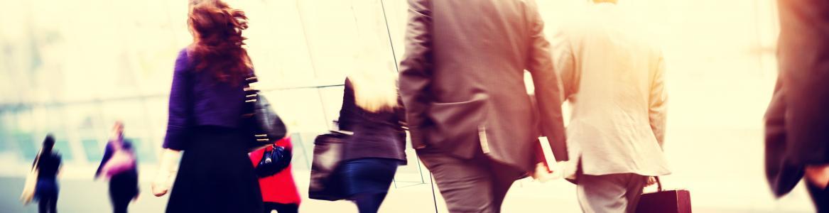 Personas andando por una terminal de viajeros
