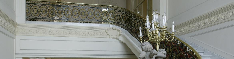 Imagen de escalera del Palacio de Adanero