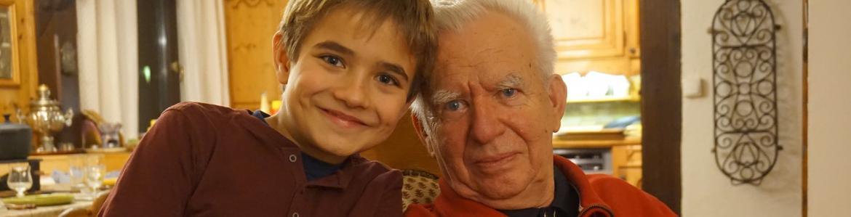 Abuelo y nieto sentados