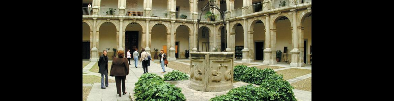 Patio de la Universidad de Alcala de Henares, con una fuente en el centro y estudiantes