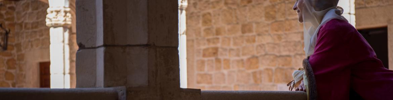 Actriz, actor y público disfrutando de la representación teatral del Castillo de Manzanares