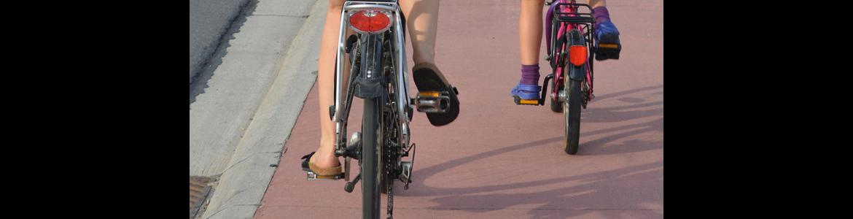 Dos bicis por un carril bicicleta