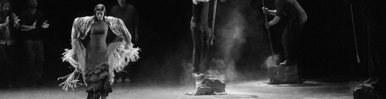 imagen en la que se ve a la bailaora sobre el escenario y otros integrantes de la compañía de Adriana Bilbao