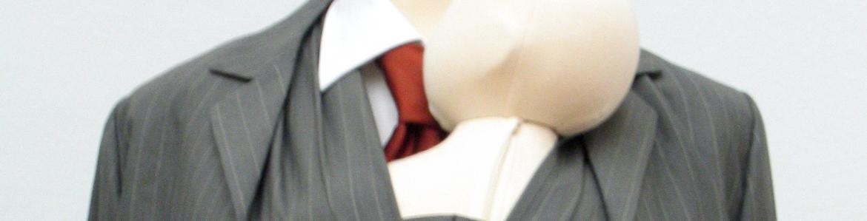 Maniquí con traje de hombre transformado de tal manera que en su chaleco pueda llevar un bebé