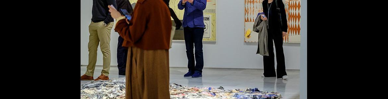 Gente visitando una exposición