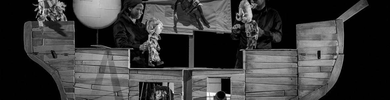 Imagen en la que se ve a un actor dentro de un barco de madera