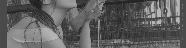 imagen de Adriana Bilbao con un zapato