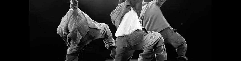 imagen en la que se ve bailando a tres bailarines en el escenario