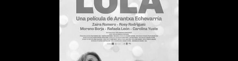 imagen del cartel de la película Carmen y Lola en la que se ve a las dos protagonistas de pie mirando al cielo