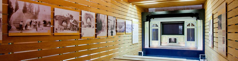 Panel de madera con imágenes de la historia de Nuevo Baztan