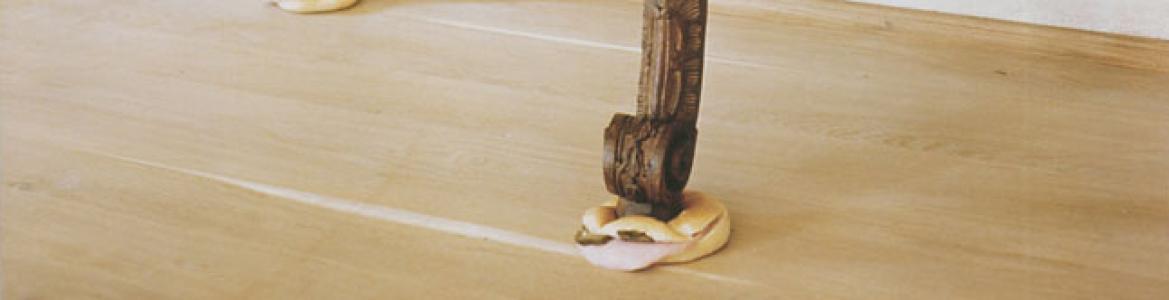 Foto artística de una mesa barroca de madera que se apoya sobre bocadillos