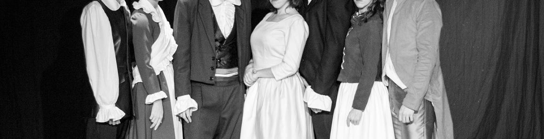 imagen en la que se ve a todo el elenco de actores vestidos de época posando