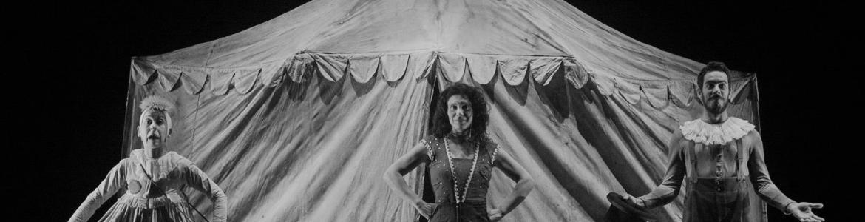 imagen de una escena en la que se ve un circo y tres actores