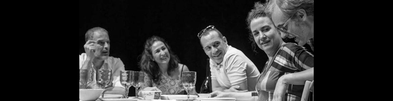imagen del espectáculo El nombre en el que se ve en una mesa cenando a sus protagonistas
