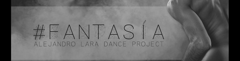 imagen del espectáculo de danza Fantasía donde se ve a un bailarín sentado desnudo sobre un fondo de nubes