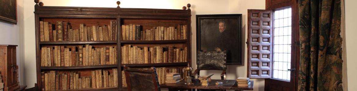 Imagen de habitación con estantes con libros y mesa