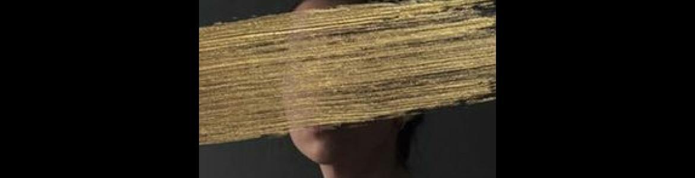 imagen en la que se ve la cara de la actriz que hace de Francisca de Pedraza pero tapado el rostro