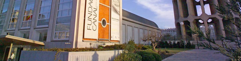 Exterior de la Fundación Canal con el edificio principal a la izquierda y el depósito de agua a la derecha