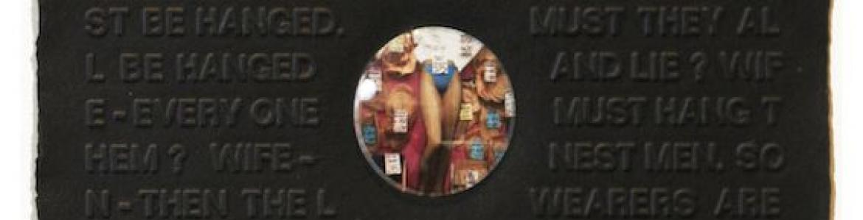 Panel en negro con palabras inscritas y en el centro una pequeña fotografía de un escaparate de ropa interior