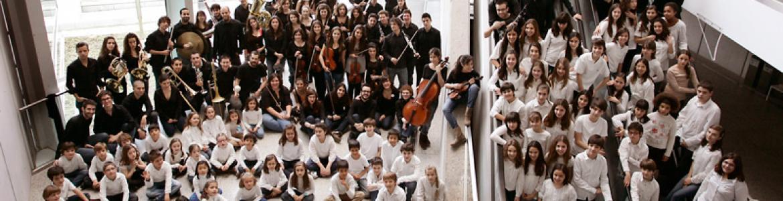 Foto de grupo con los componentes de la JORCAM dentro de los Teatros del Canal de Madrid