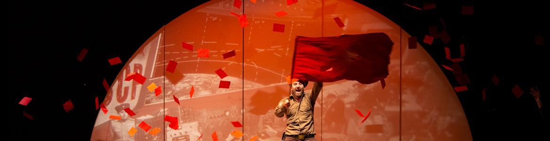 imagen del espectáculo Laika en el que se ve al actor con una bandera roja