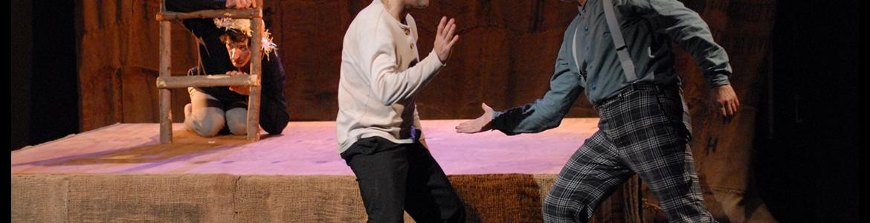 imagen en la que se ve a los dos actores a punto de chocarse la mano