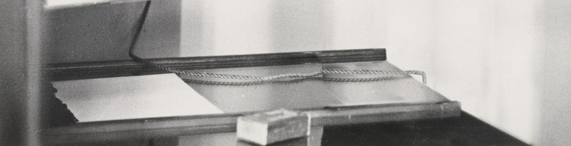 Fotografía en blanco y negro de un interioor