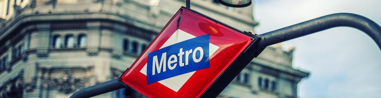 Cartel de Metro Madrid en la calle