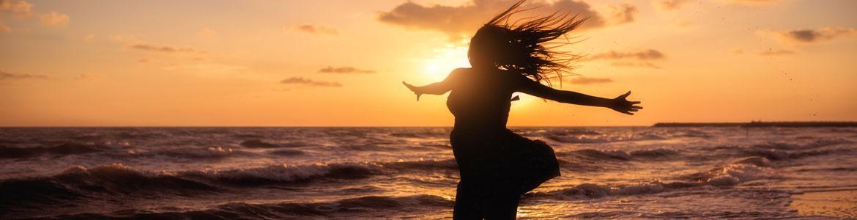 Mujer en el mar al atardecer