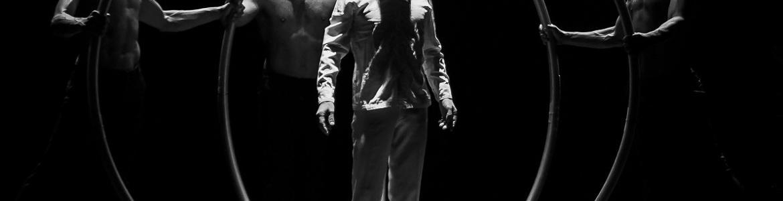 imagen de uno de los bailarines representado el espectáculo Neanderthal