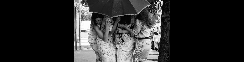 imagen de las actrices de Otoño en abril en la que se las ve abrazadas bajo un paraguas