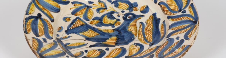 Plato de cerámica decorado con pájaro, con colores azul y amarillo