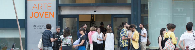 Público en el exterior de la Sala de Arte Joven