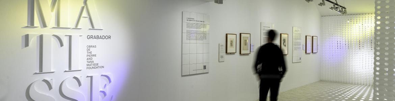 Vista de una sala de exposiciones con grabados de Matisse