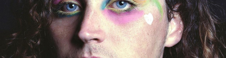 Retrato en color de una cara con ojos maquillados
