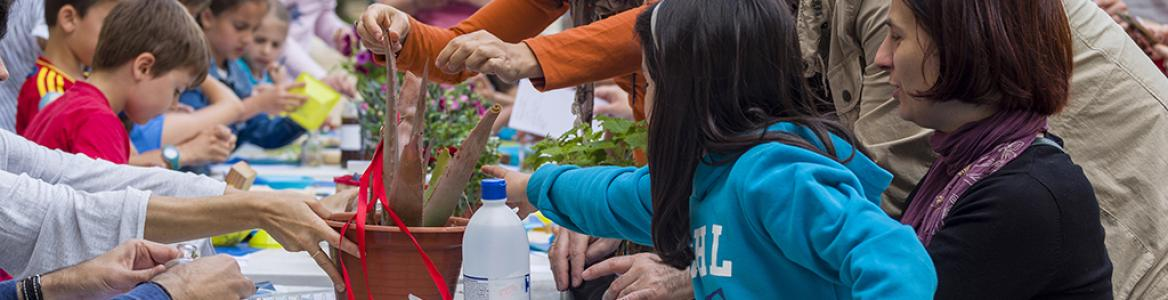 Familiar alrededor de una mesa participando en un taller plástico en Nuevo Baztán