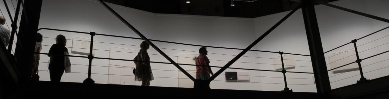 Varias personas visitando una exposición temporal