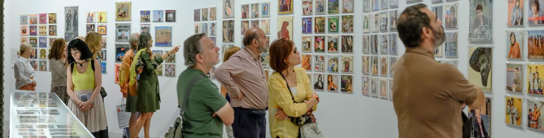 Visitantes mirando portadas de discos hechas por Francisco Ontañón