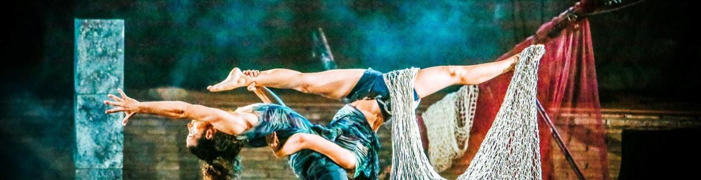 imagen en la que se ve bailando a dos bailarinas junto con unas telas