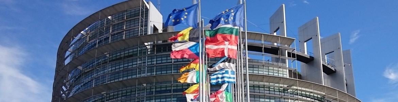 Parlamento UE y banderas