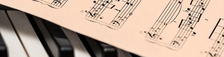 Partitura sobre teclas piano