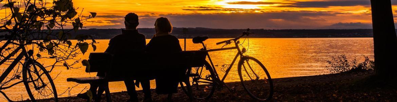 Ciclistas a orillas del pantano